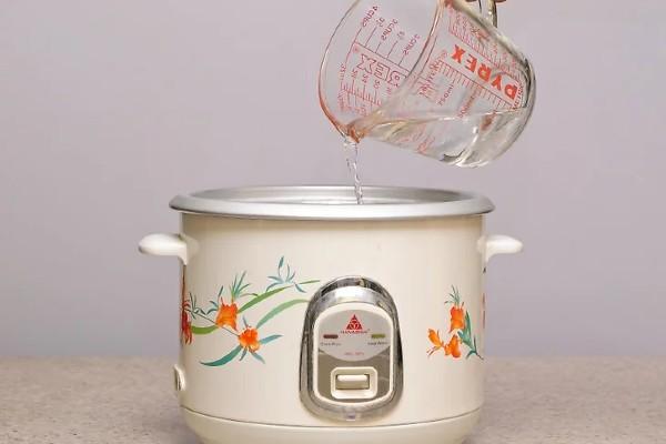 Đong nước trước khi nấu