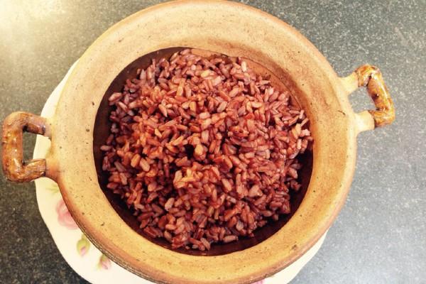 Nấu cơm gạo lứt bằng nồi thường
