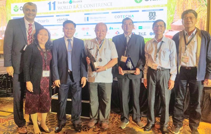 Nhóm kỹ sư Hồ Quang Cua trong buổi vinh danh gạo ngon nhất thế giới