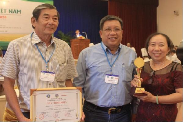 Nhóm kỹ sư Hồ Quang Cua trong buổi vinh danh gạo ngon nhất Việt Nam năm 2020
