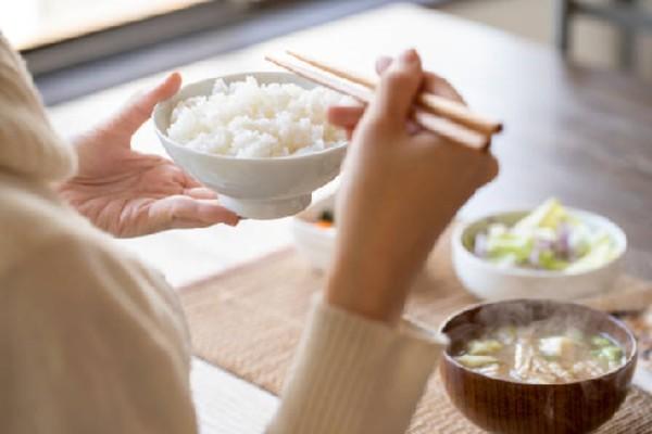 Bạn có thể thưởng thức cơm từ gạo ST25 với các món: trứng, thịt, cá, rau,.. đều rất hợp, ngon và bổ dưỡng.