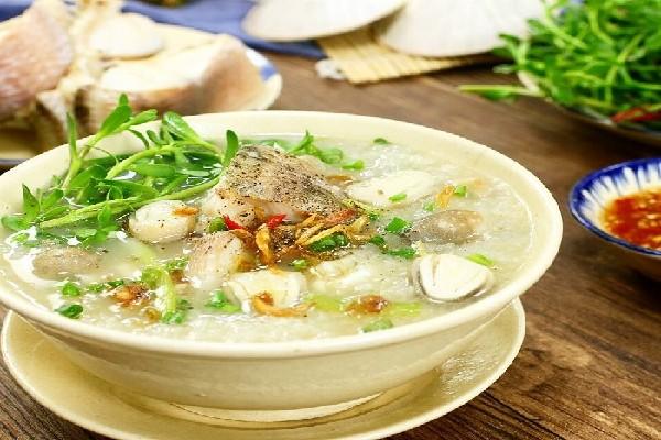 Thưởng thức món cháo cá lóc thơm ngon đặc biệt.