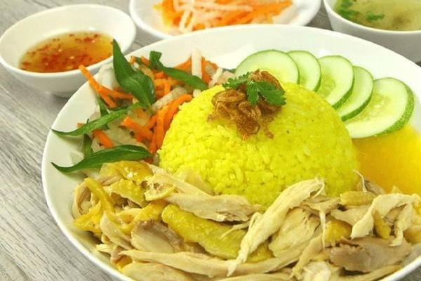 Cơm gà chín có độ mềm dẻo, vị ngọt tự nhiên từ tinh bột gạo hòa cùng vị ngọt từ nước luộc gà cho món ăn tròn vị.