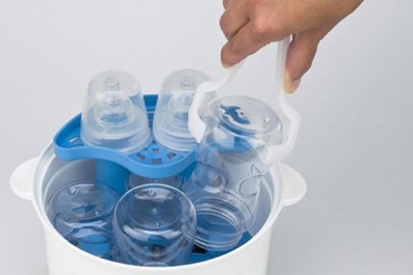 Khử trùng dụng cụ trước khi pha sữa cho bé