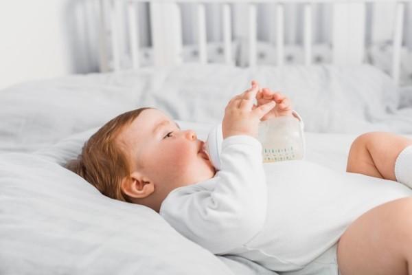 Bé thích thú uống sữa Aptamil Profutura Anh số 2
