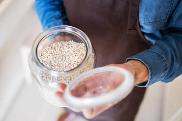 Sử dụng dụng cụ bảo quản gạo chuyên dụng