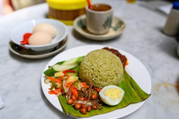 Nấu gạo mọt bằng trà xanh